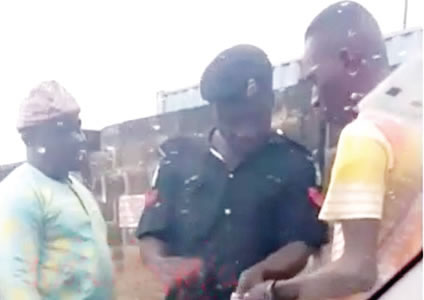 Policeman allegedly caught extorting money with POS, Policeman allegedly caught extorting money with POS