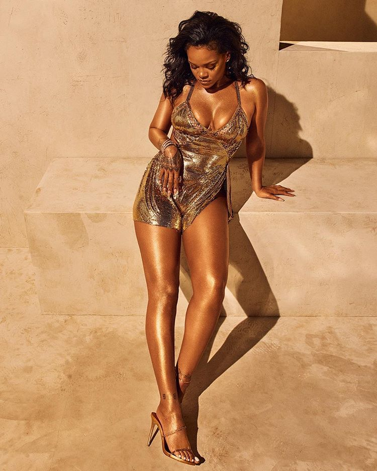 , Superstar singer Rihanna flaunts b0obs in new photos