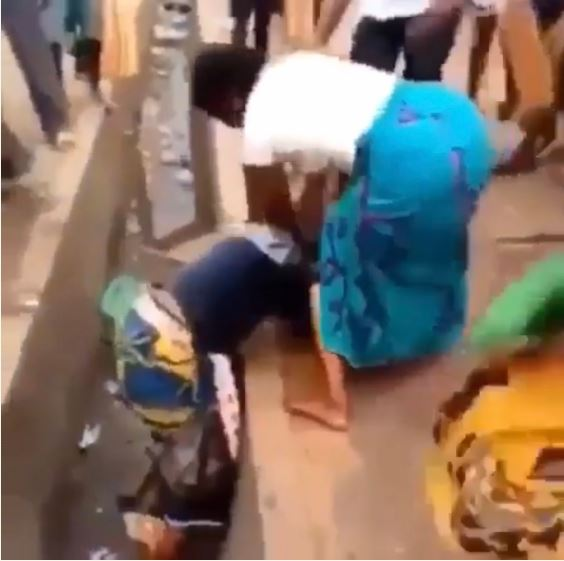 , Watch As 2 Best Friends Fight Dirty In Ekiti Market Over A Man